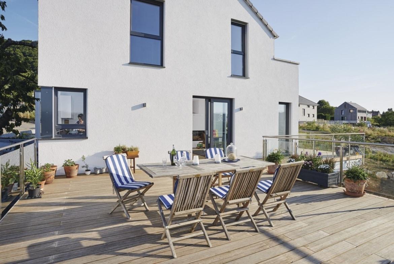 Terrasse Einfamilienhaus in Hanglage mit Holz Dielen Belag & Glasgeländer - Haus bauen Design Ideen WeberHaus Fertighaus Sunshine 310 - HausbauDirekt.de