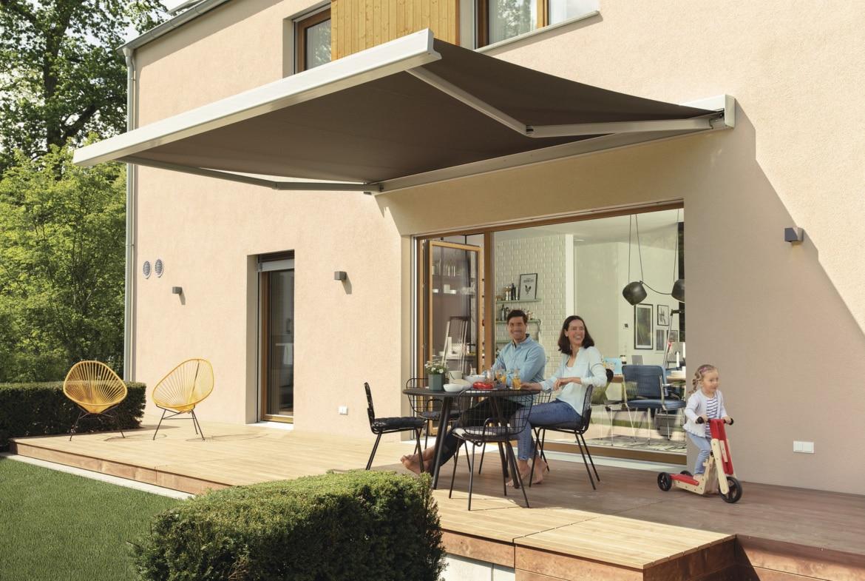 Terrasse aus Holz mit Markise - Haus Design Ideen Einfamilienhaus Sunshine 220 WeberHaus - HausbauDirekt.de