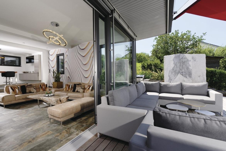 Zugang Terrasse mit großen Schiebetüren - Inneneinrichtung Ideen Doppelhaus WeberHaus Fertighaus - HausbauDirekt.de