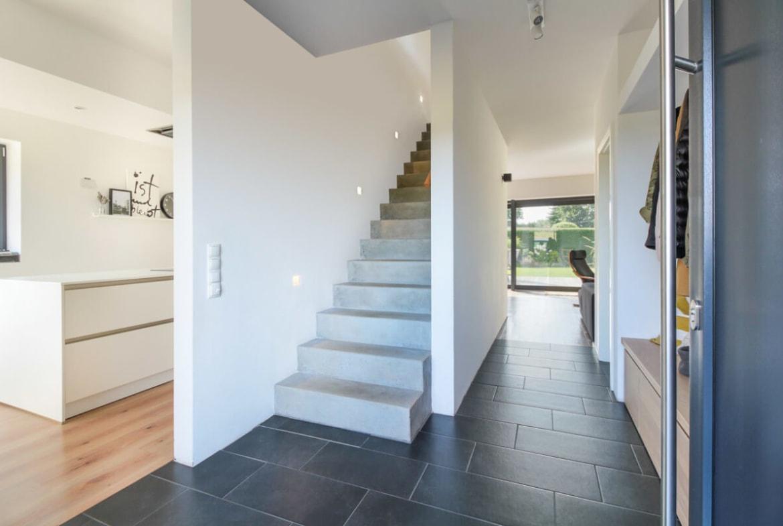 Gerade Innentreppe massiv aus Beton - Inneneinrichtung Haus Design Ideen innen Massivhaus Vario-Haus 160 von ECO System HAUS - HausbauDirekt.de