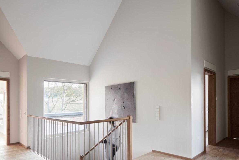 Treppe mit Galerie - Inneneinrichtung Haus Design Ideen innen Baufritz Landhaus LLOYD WEBBER - HausbauDirekt.de