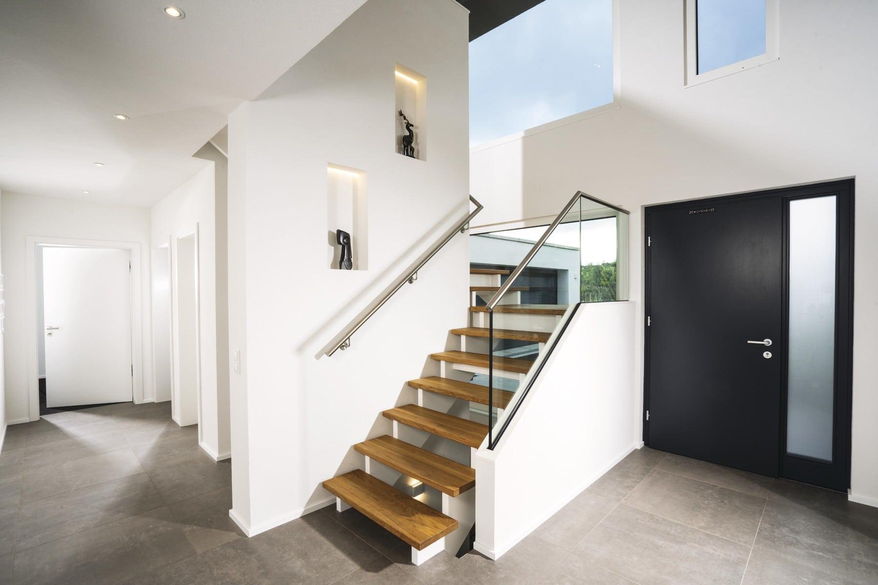 Innentreppe modern offen mit Holz, Glasgeländer und Galerie - Haus Design Ideen Treppe innen Bauhaus Villa WeberHaus Fertighaus - HausbauDirekt.de