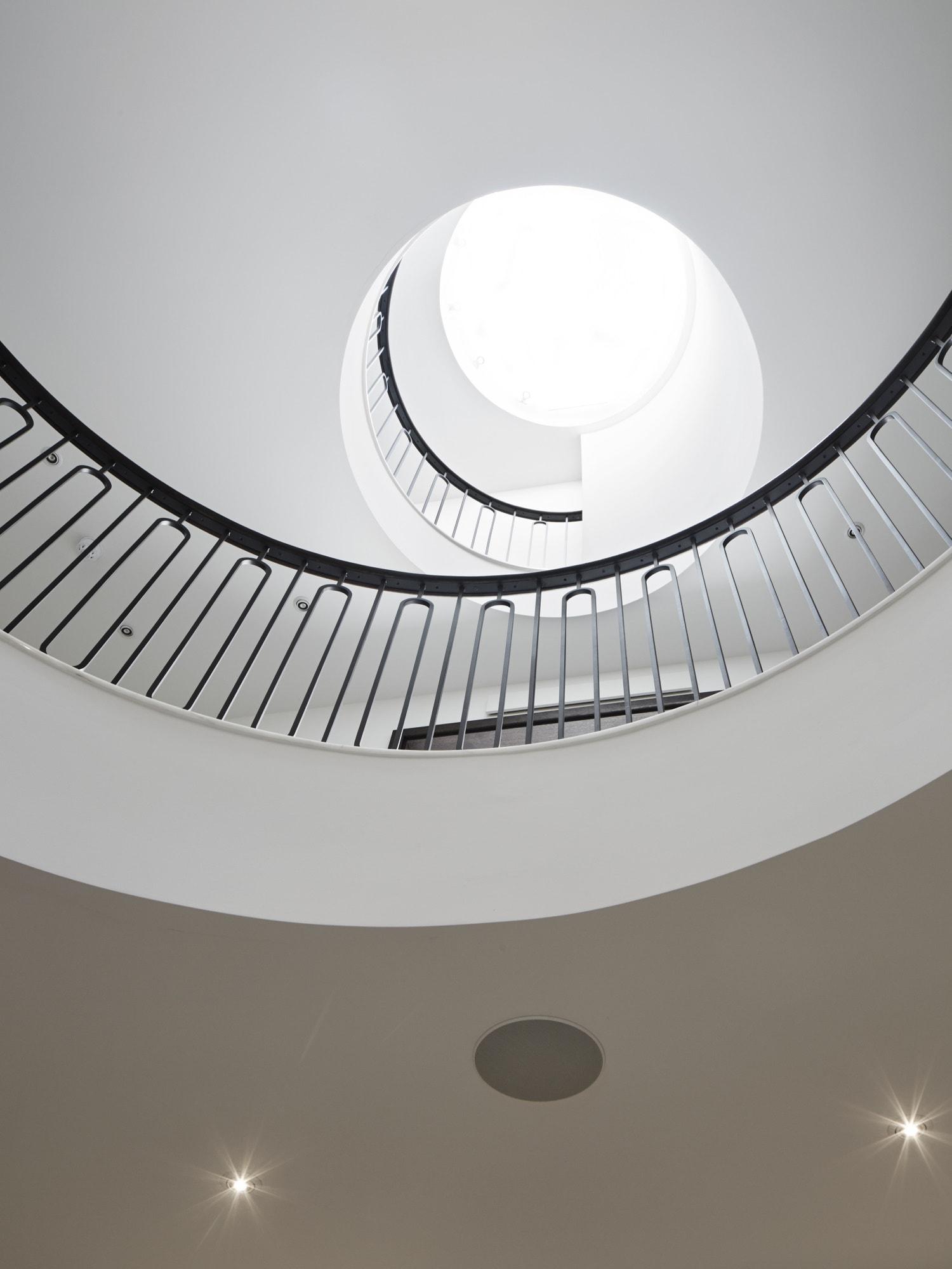 Luxuriöses Treppenhaus mit Oberlicht - Haus Design Inneneinrichtung Luxus Villa ATHERTON von Baufritz - HausbauDirekt.de