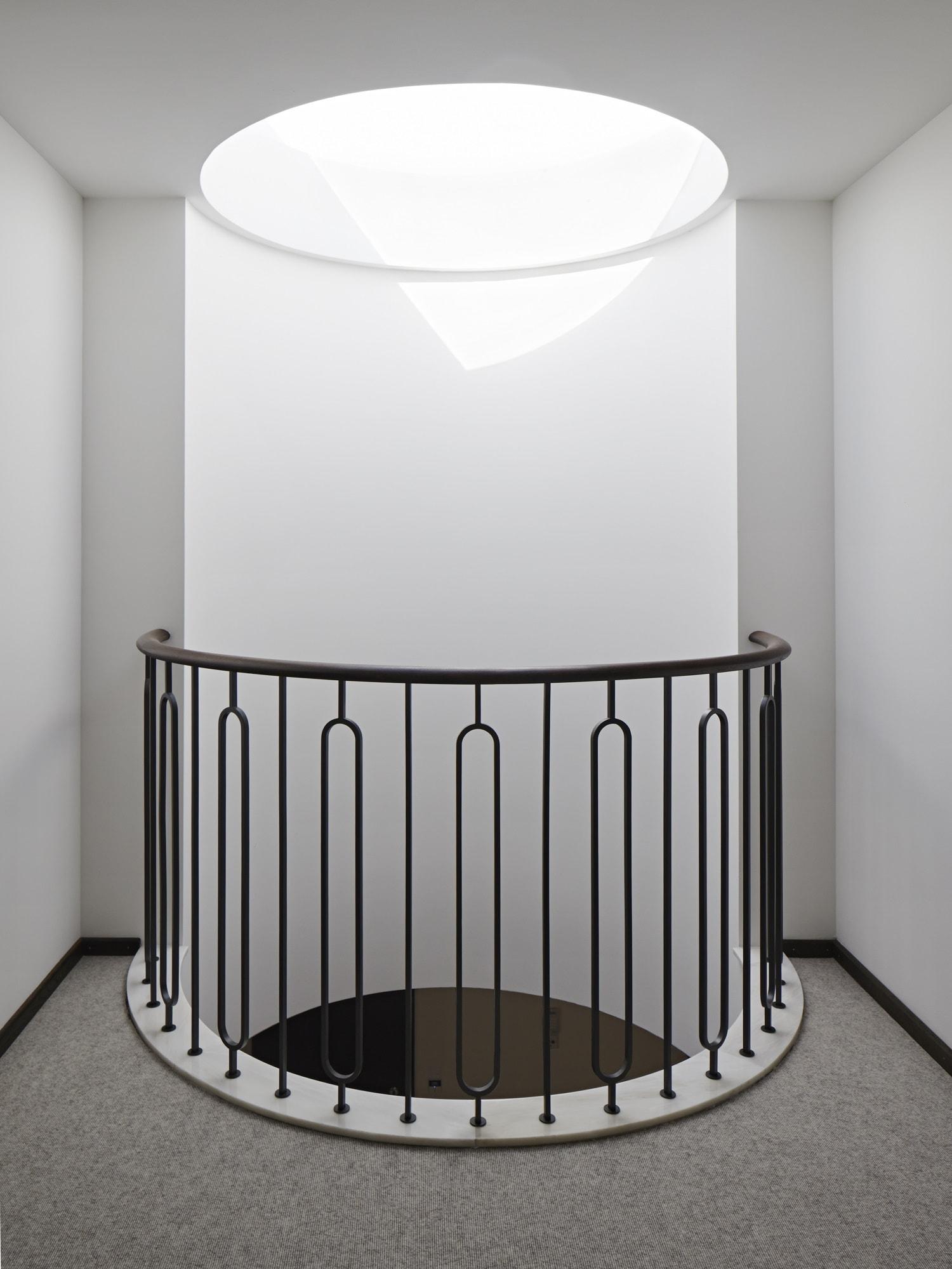 Luxus Treppenhaus mit Oberlicht - Haus Design innen Architektur Detail Luxus Villa ATHERTON von Baufritz - HausbauDirekt.de