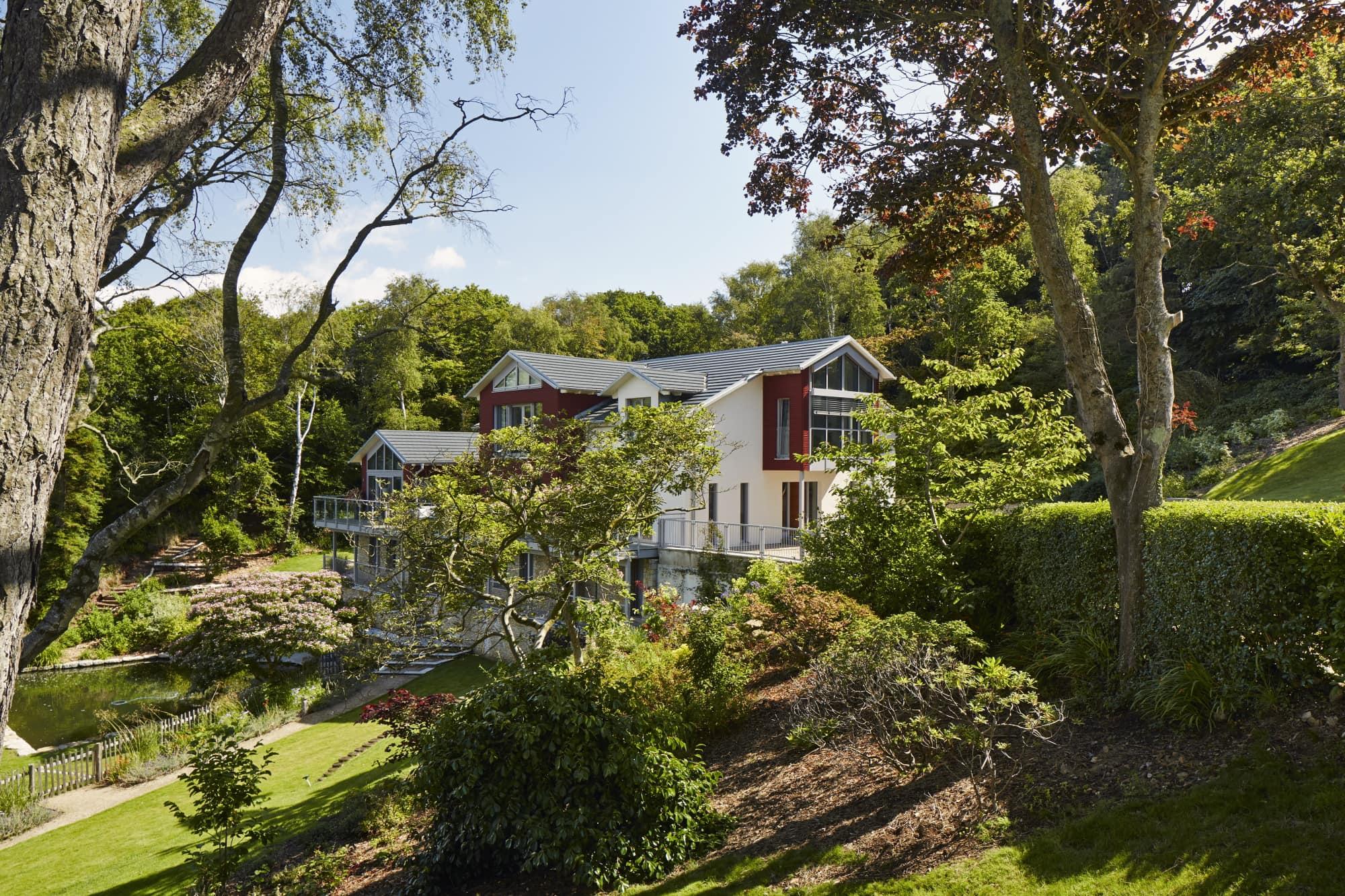 Villa im Landhausstil mit Holz Putz Fassade & Satteldach Architektur - Haus bauen Ideen Baufritz Fertighaus Landhaus FORTESCUE - HausbauDirekt.de