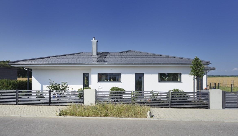 Fertighaus Bungalow mit Garage & Walmdach bauen - Haus Ideen WeberHaus Winkelbungalow in zeitlosem Design - HausbauDirekt.de