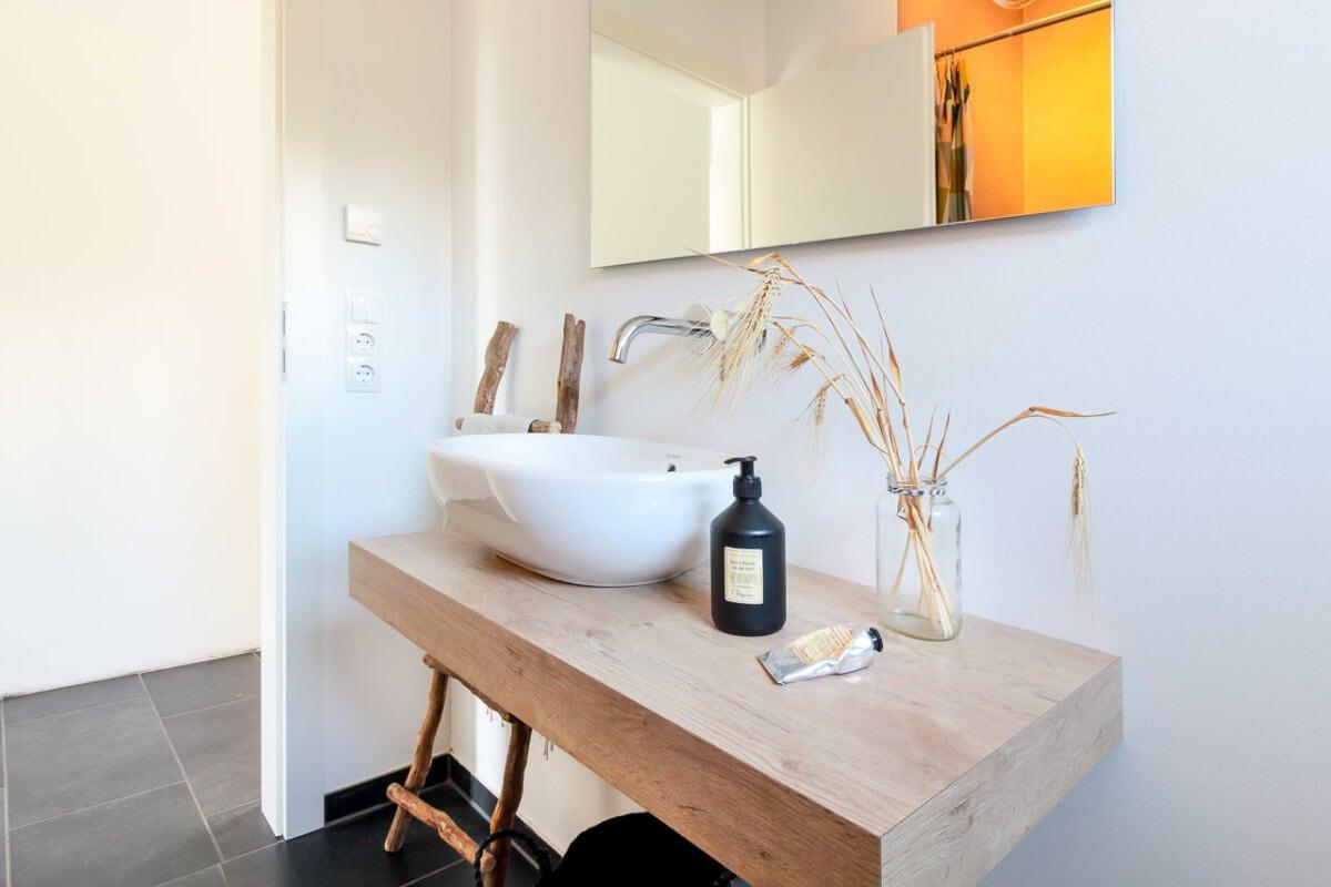 Waschtisch aus Holz - Badezimmer Inneneinrichtung Haus Design Ideen innen Massivhaus Vario-Haus 160 von ECO System HAUS - HausbauDirekt.de