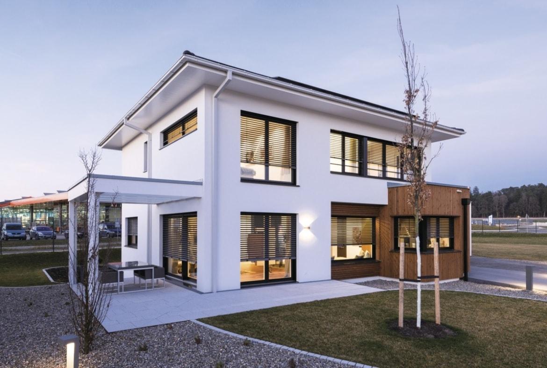 Neubau Stadtvilla modern mit Walmdach, Erker & Pergola Terrasse, 5 Zimmer, 175 qm - Fertighaus bauen Ideen WeberHaus Stadtvilla Guenzburg - HausbauDirekt.de