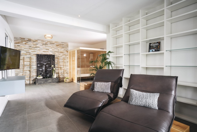 Wellnessbereich mit Sauna Inneneinrichtung modern - Haus Design Ideen innen Bauhaus Villa WeberHaus Fertighaus - HausbauDirekt.de
