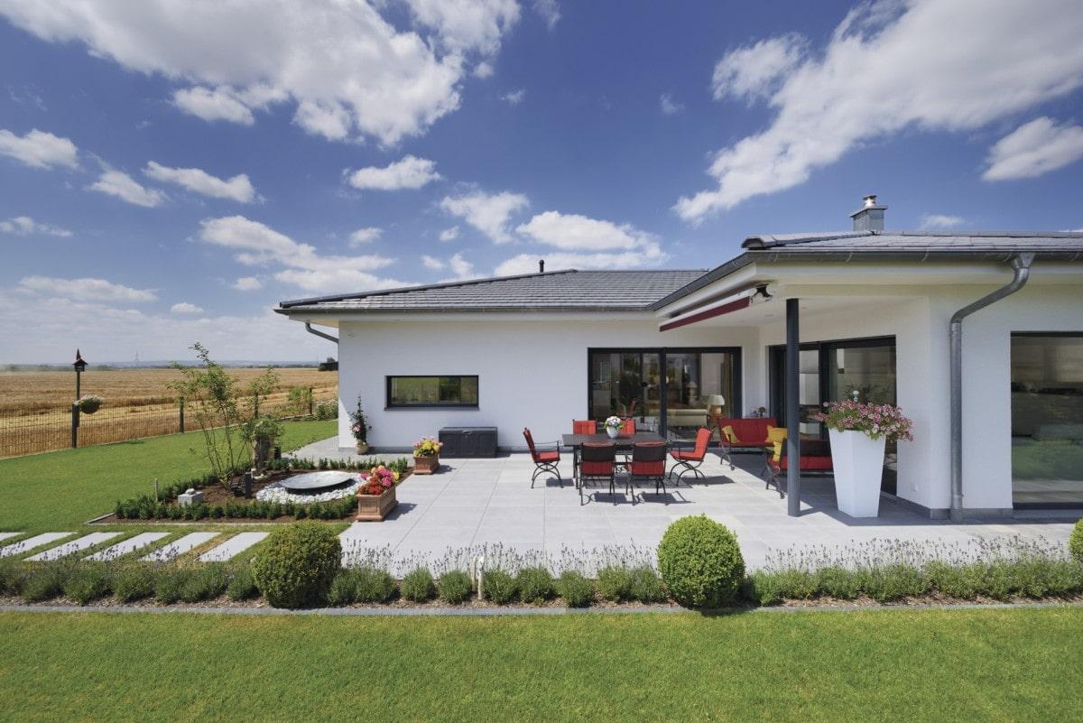Fertighaus Bungalow mit großer Terrasse & Walmdach - Haus ebenerdig bauen Ideen WeberHaus Winkelbungalow in zeitlosem Design - HausbauDirekt.de