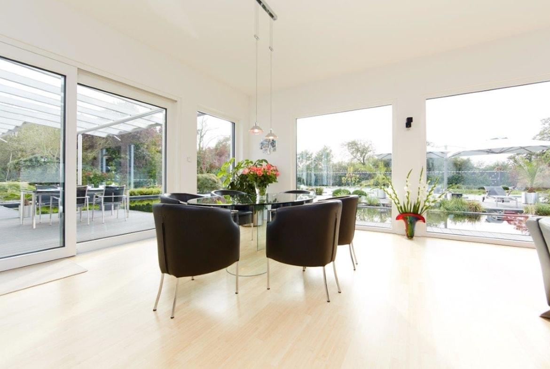 Offener Essbereich modern mit bodentiefen Fenstern - Inneneinrichtung Ideen Fertighaus Bungalow Toulouse von GUSSEK HAUS - HausbauDirekt.de