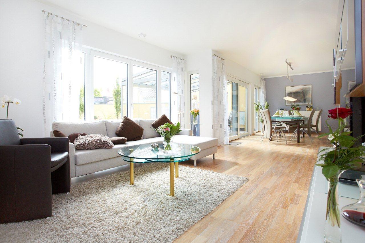 Offenes Wohn-Esszimmer mit Wintergarten Erker - Inneneinrichtung Ideen Fertighaus Bungalow Mayenne von GUSSEK HAUS - HausbauDirekt.de