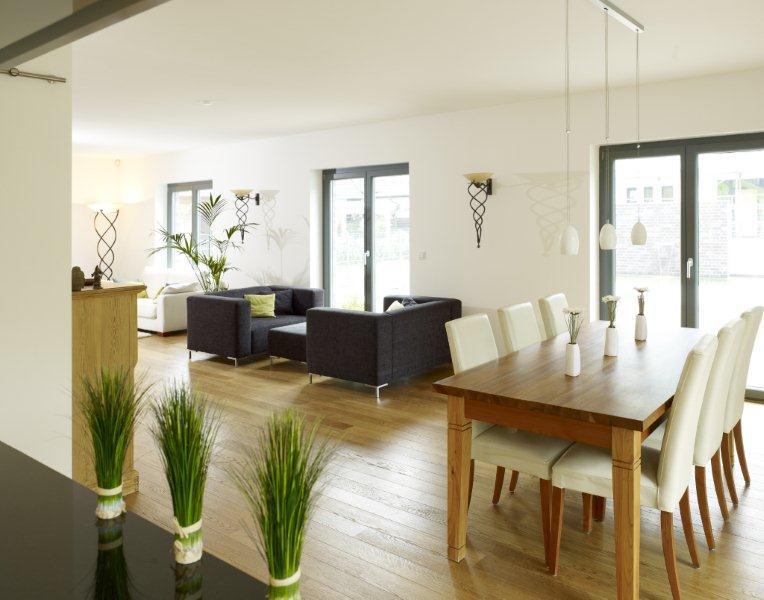 Wohn- Esszimmer mit Holztisch - Inneneinrichtung Ideen Fertighaus Stadtvilla La Finca von GUSSEK HAUS - HausbauDirekt.de