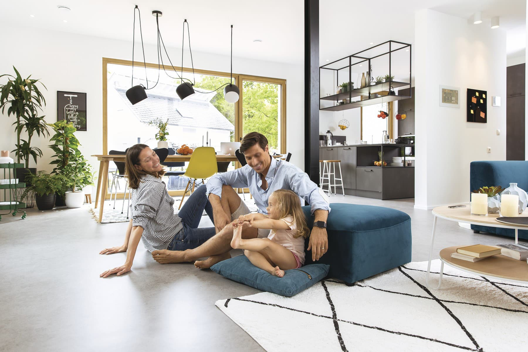 Wohn-Esszimmer modern offen mit Küche - Inneneinrichtung Haus Design Ideen - Fertighaus Sunshine 220 WeberHaus - HausbauDirekt.de