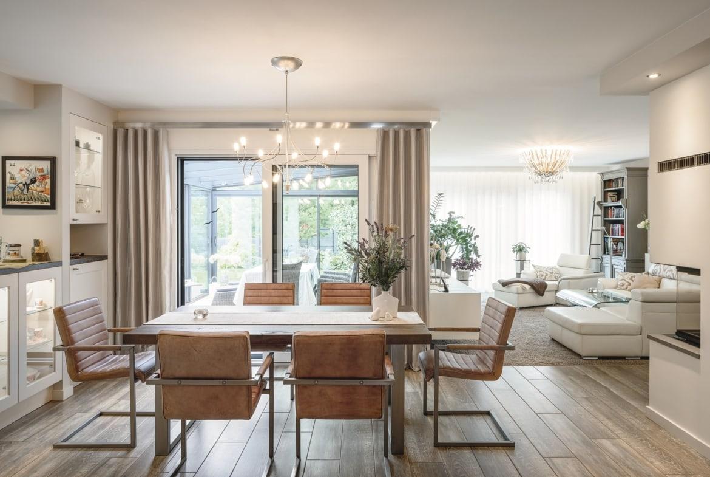 Wohn-Esszimmer offen mit Kamin - Inneneinrichtung Haus Design Ideen innen - Fertighaus Bungalow WeberHaus - HausbauDirekt.de