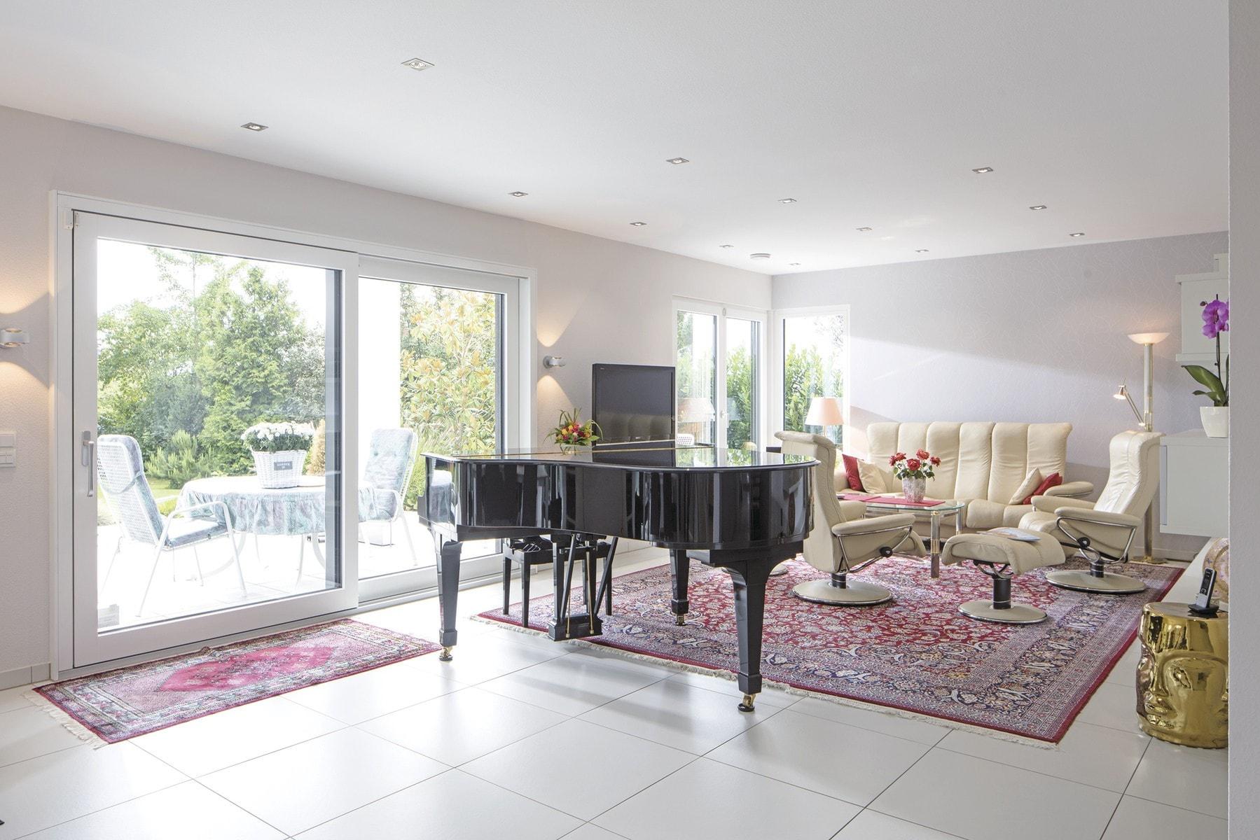 Großes Wohnzimmer mit Piano - Stadtvilla Inneneinrichtung Haus Ideen Fertighaus CityLife WeberHaus - HausbauDirekt.de
