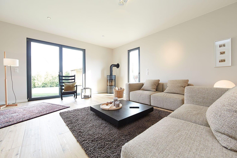 Wohnzimmer modern mit Kamin - Inneneinrichtung Fertighaus Bungalow GUSSEK HAUS Venetien - HausbauDirekt.de