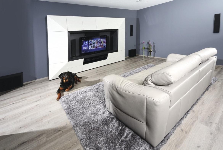 Wohnzimmer mit TV-Wand - Haus Design Ideen innen Fertighaus Stadtvilla Inneneinrichtung City Life Kundenhaus von WeberHaus - HausbauDirekt.de