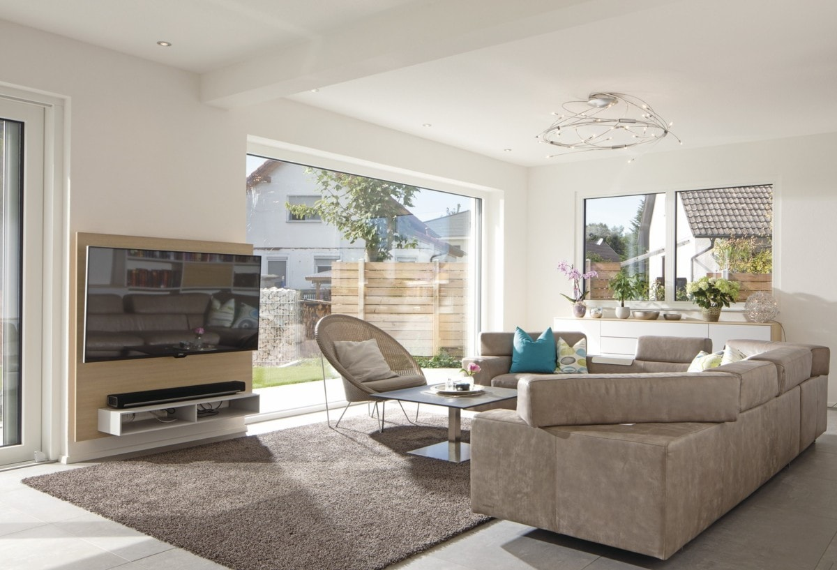 Wohnzimmer modern einrichten mit großen Fenstern - Haus Design innen Ideen Einrichtung WeberHaus Stadtvilla - HausbauDirekt.de