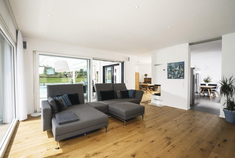 Wohnzimmer Inneneinrichtung modern mit Kamin - Haus Design Ideen innen Bauhaus Villa WeberHaus Fertighaus - HausbauDirekt.de
