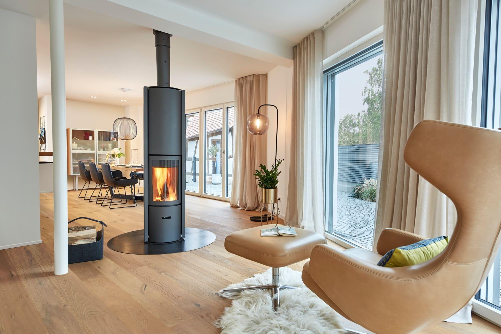 Kaminofen als Raumteiler zwischen Wohn- und Esszimmer - Ideen Inneneinrichtung Haus Design Baufritz STADTHAUS EHRMANN - HausbauDirekt.de