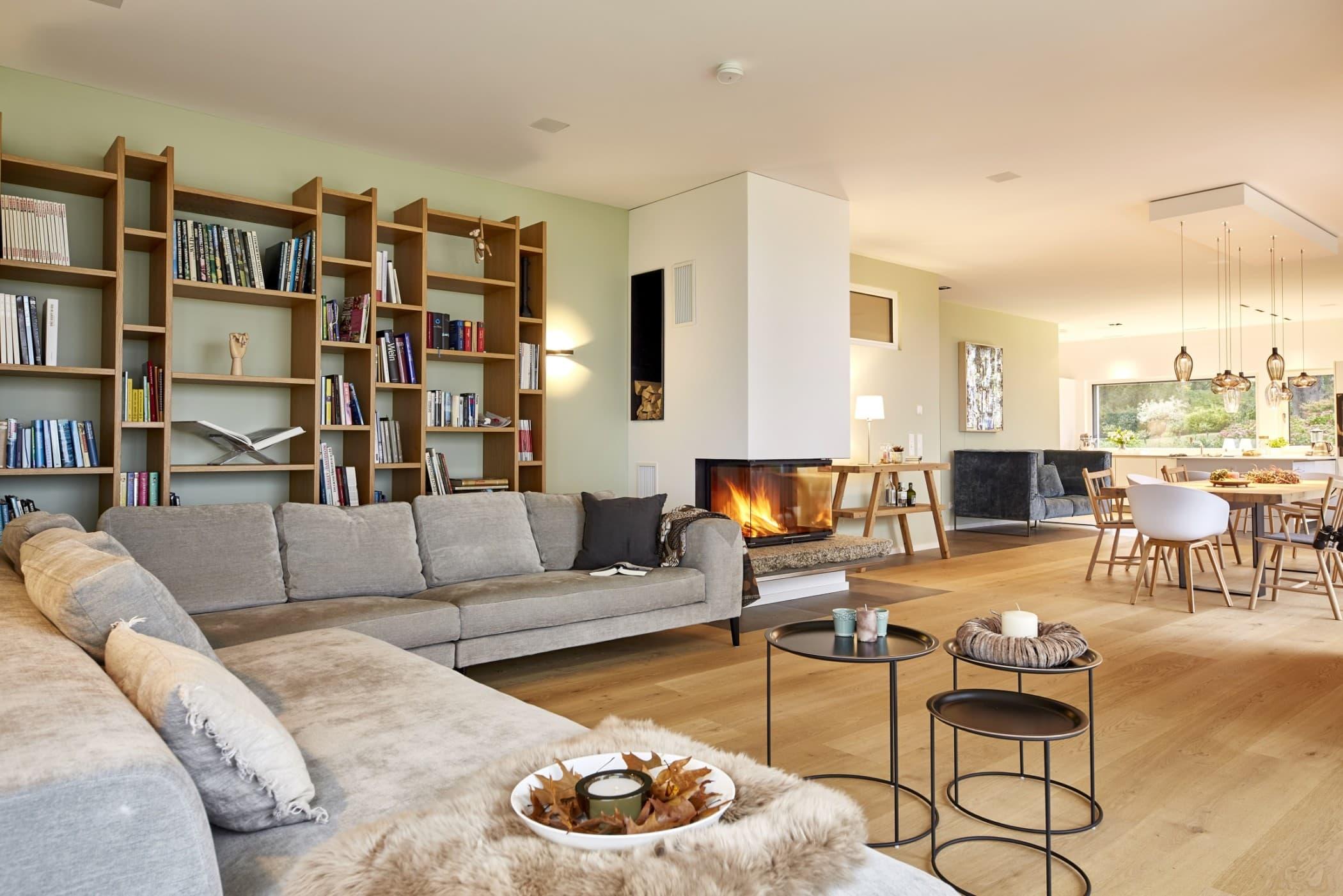 Wohnzimmer modern mit Kamin - Wohnideen Haus Inneneinrichtung BAUFRITZ Architektenhaus MEHRBLICK - HausbauDirekt.de