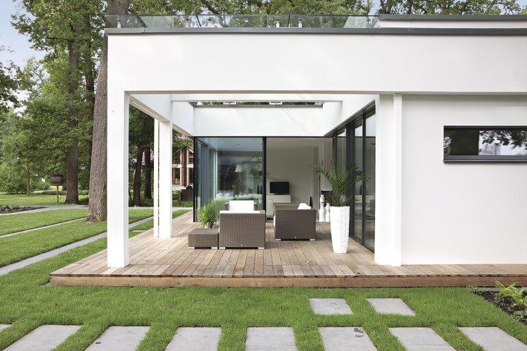 Moderner Fertighaus Bungalow weiß mit Flachdach & Putz Fassade - Haus barrierefrei bauen Ideen WeberHaus Winkelbungalow ebenLeben - HausbauDirekt.de