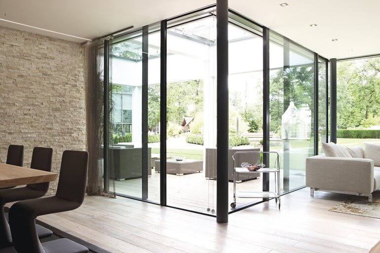 Bungalow Inneneinrichtung modern offen mit großer Terrasse & Glas Fassade - Haus barrierefrei bauen Design Ideen innen & aussen WeberHaus Winkelbungalow ebenLeben - HausbauDirekt.de