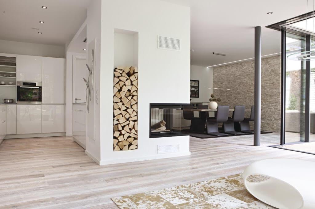 Bungalow Inneneinrichtung modern offen mit Kamin als Raumteiler - Haus barrierefrei bauen Design Ideen innen & aussen WeberHaus Winkelbungalow ebenLeben - HausbauDirekt.de