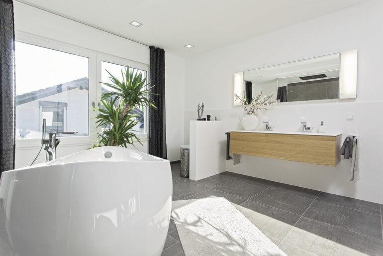 Badezimmer modern mit freistehender Badewanne - Haus Design innen, Inneneinrichtung Ideen Stadtvilla Einfamilienhaus WeberHaus CityLife - Haus 250 - HausbauDirekt.de