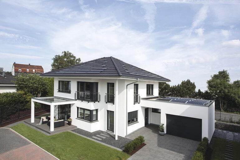 Fertighaus Stadtvilla modern mit Garage und Walmdach Architektur bauen - Einfamilienhaus WeberHaus CityLife - Haus 250 - HausbauDirekt.de
