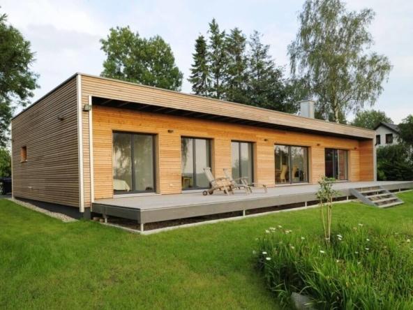 Bungalow Haus modern mit Flachdach & Holz Fassade - Holzhaus ebenerdig bauen Ideen Fertighaus Bungalow von Baufritz - HausbauDirekt.de