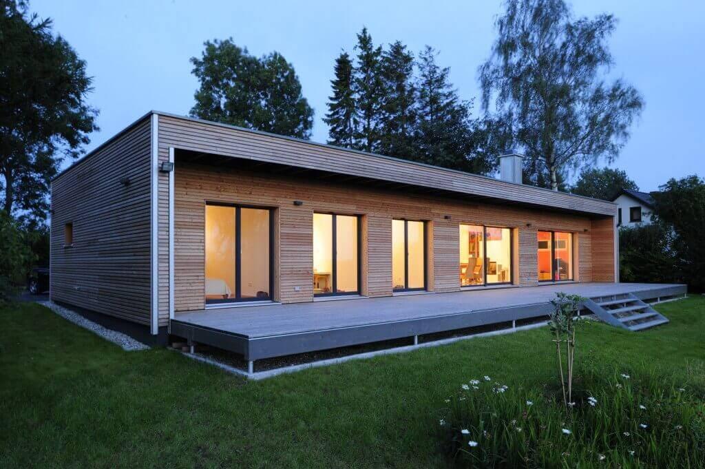 Bungalow Haus Design modern mit Flachdach & Holz Fassade - Einfamilienhaus ebenerdig bauen Ideen Fertighaus Bungalow von Baufritz - HausbauDirekt.de
