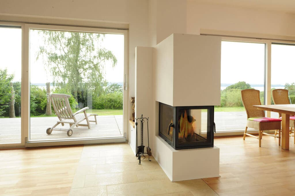 Kamin modern als Raumteiler - Bungalow Haus Design innen modern, Ideen Inneneinrichtung Fertighaus Bungalow von Baufritz - HausbauDirekt.de